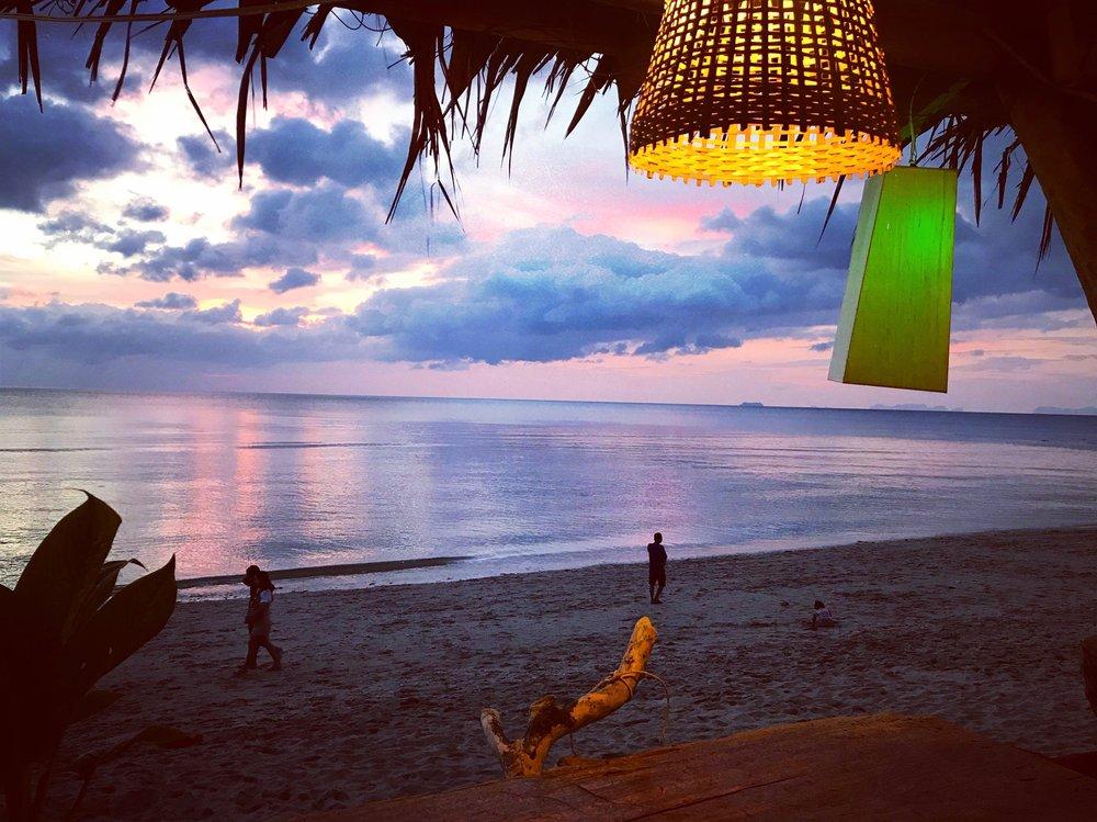 Magischer Sonnenuntergang am Khlong Kong Beach