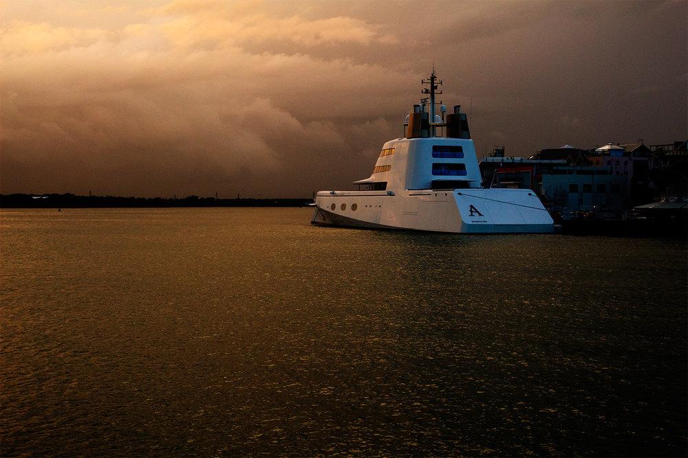 """Le Yacht """"A"""" au quai en Guadeloupe"""