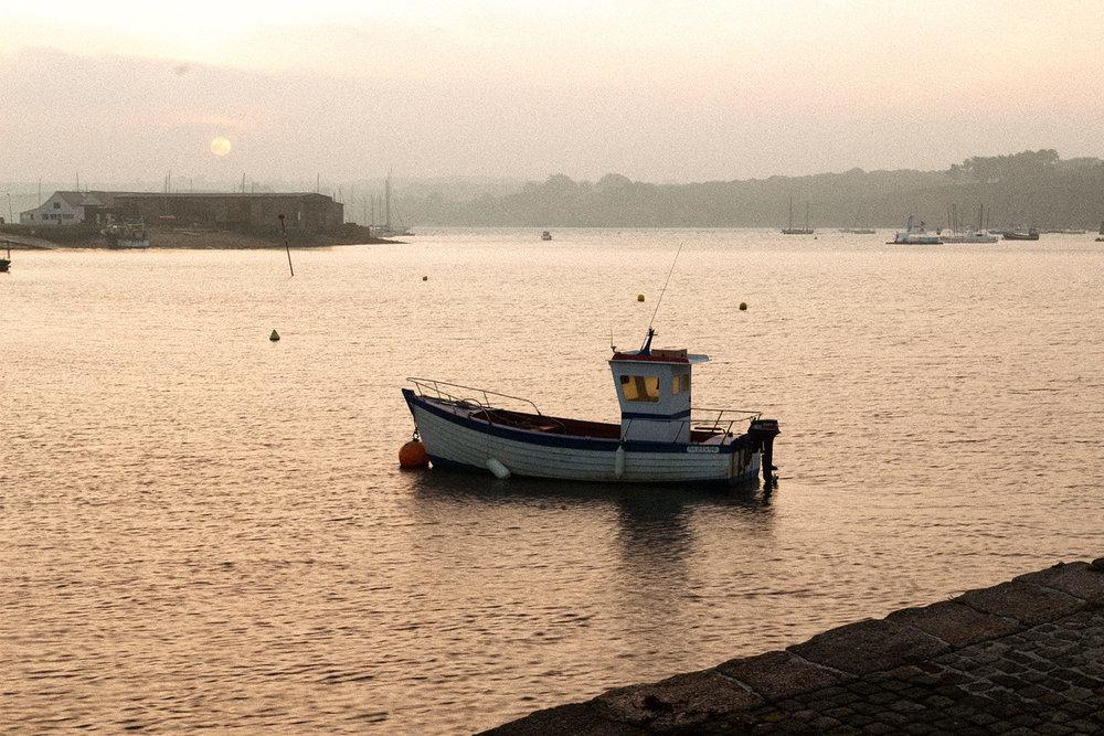 Bateau de pêche au port en Bretagne