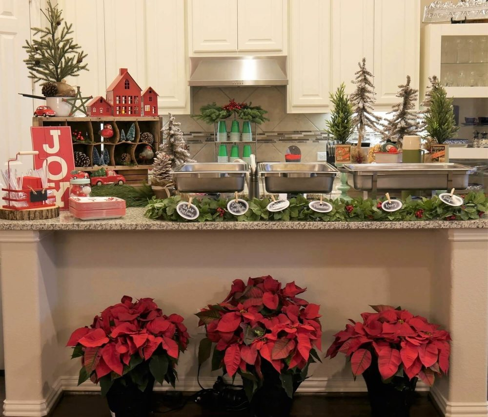Dress up your kitchen with this adorable Rustic Christmas decor!  Get ready to host a beautiful Christmas party