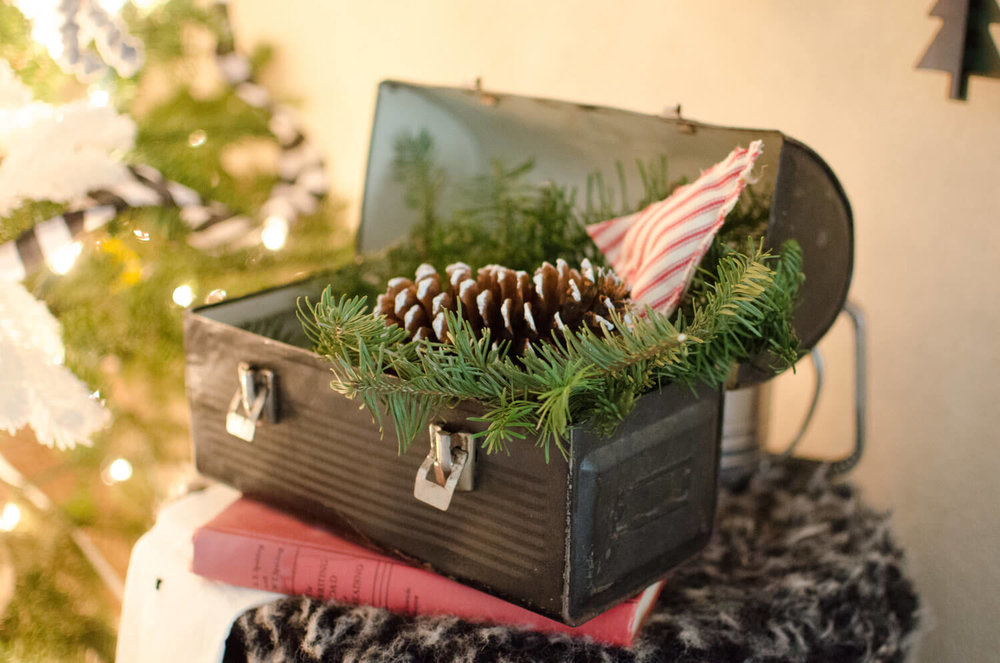 A mix of vintage and rustic Christmas decor..  Beautiful idea for your Christmas Tree decor