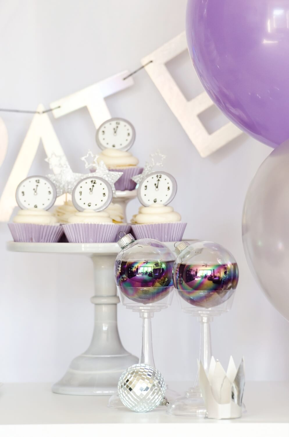 Adorable ideas for the perfect New Years party with silver and ultra violet colors.  More desserts ideas on the blog