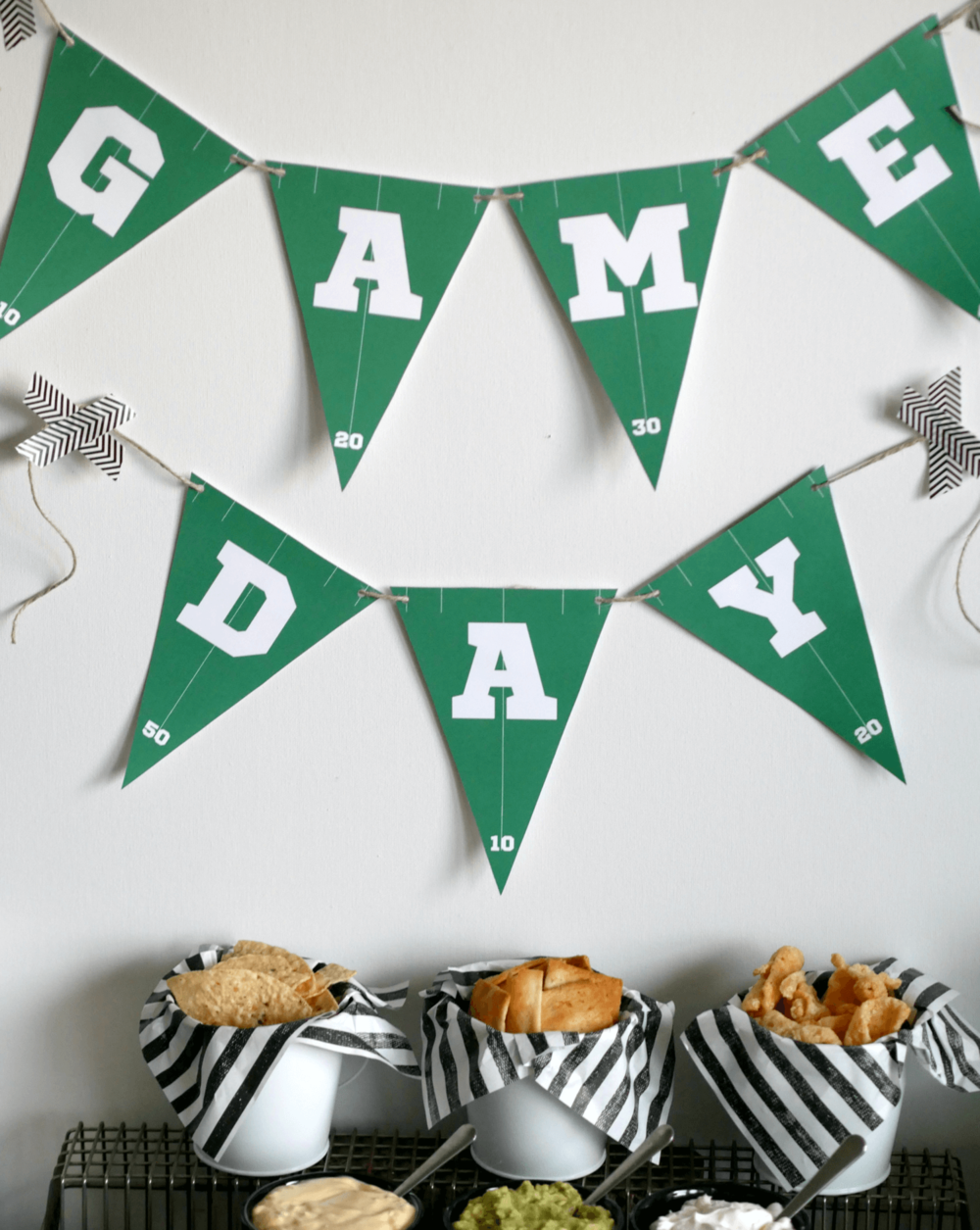 Game day banner printable / Super bowl banner idea / Game Day party ideas /  Game day food / Super bowl  party ideas /  Super bowl snacks / Styled by Carolina from MINT Event Design / www.minteventdesign.com