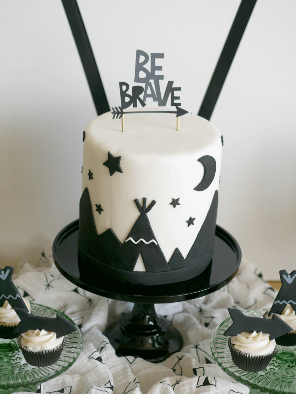 Be Brave cake idea / Tribal cake idea for boys / Twin party ideas / styled by Carolina from MINT Event Design / www.minteventdesign.com