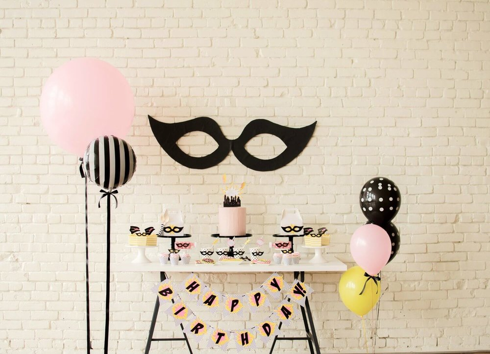 Superhero party ideas for girls / Superhero dessert table ideas / Birthday Party for girls  / Superhero party decorations / Superhero dessert ideas / Superhero birthday party / Superhero birthday party girly / balloon party decor / pink and black party ideas / Styled by Carolina from MINT Event Design / www.minteventdesign.com