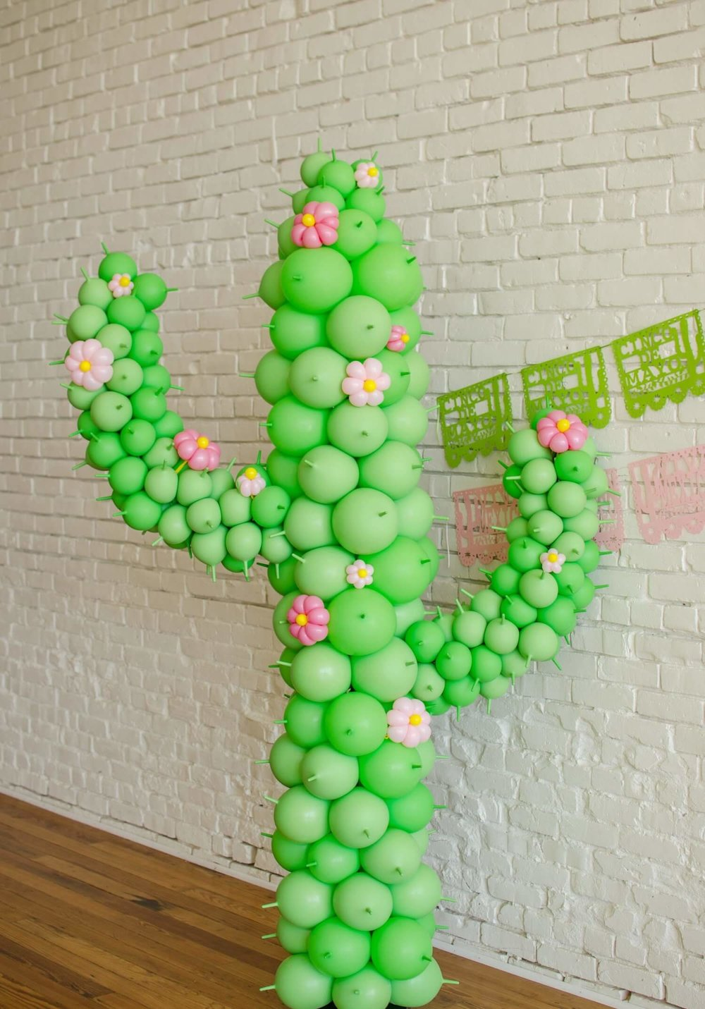 Cactus Balloon art, cactus themed party / cactus party decor / Cinco de Mayo party decor / Cinco de Mayo party ideas / Southwestern party ideas / Styled by Carolina from MINT Event Design / www.minteventdesign.com