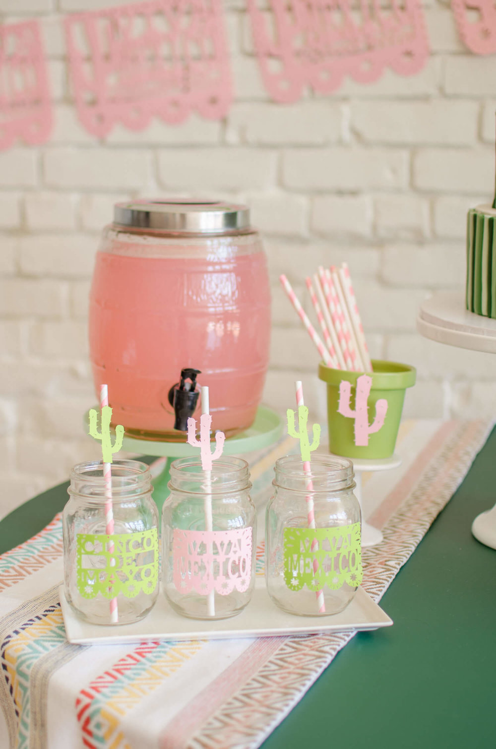 Cinco de Mayo Drink Station idea / Cinco de Mayo kids drinks / Cinco de mayo drinks idea / Sahuaro paper decor / Mint and Pink party ideas / Styled by Carolina from MINT Event Design / www.minteventdesign.com