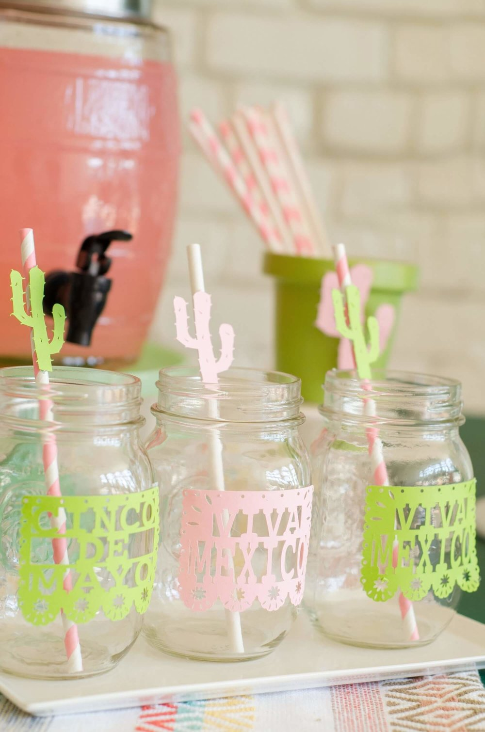 Cindo de Mayo Drink Station idea / Cinco de Mayo kids drinks / Cinco de mayo drinks idea / Sahuaro paper decor / Styled by Carolina from MINT Event Design / www.minteventdesign.com