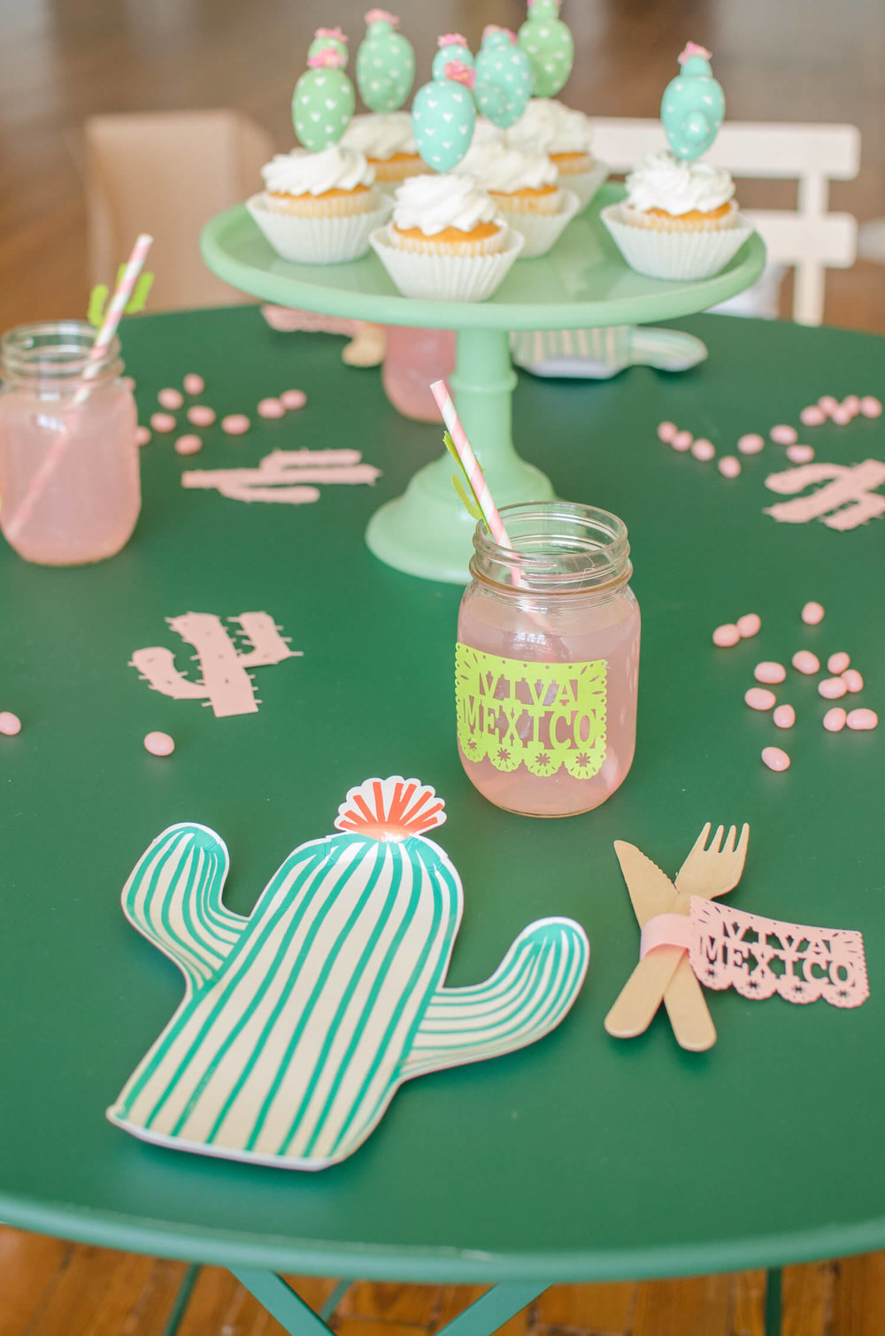 Cinco de Mayo tablescape / Cactus plates / Southwestern party ideas / Cinco de Mayo party ideas / Viva Mexico / Cinco de Mayo desserts / Cactus cupcakes / Cactus DIY cupcake toppers / Southwestern tablescape / Styled by Carolina from MINT Event Design / www.minteventdesign.com