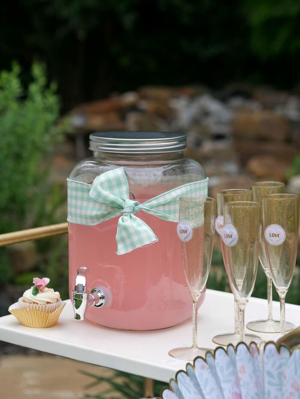 French Cottage Bridal Shower Ideas / Outdoor Bridal Shower ideas and decor / Pastel colors Bridal Shower Ideas / Drink Station for a Bridal Shower / Shabby Chic Bridal Shower Ideas / Shabby Chic Drink Station / Drink Station for Baby Shower / Styled by Carolina from MINT Event Design / www.minteventdesign.com