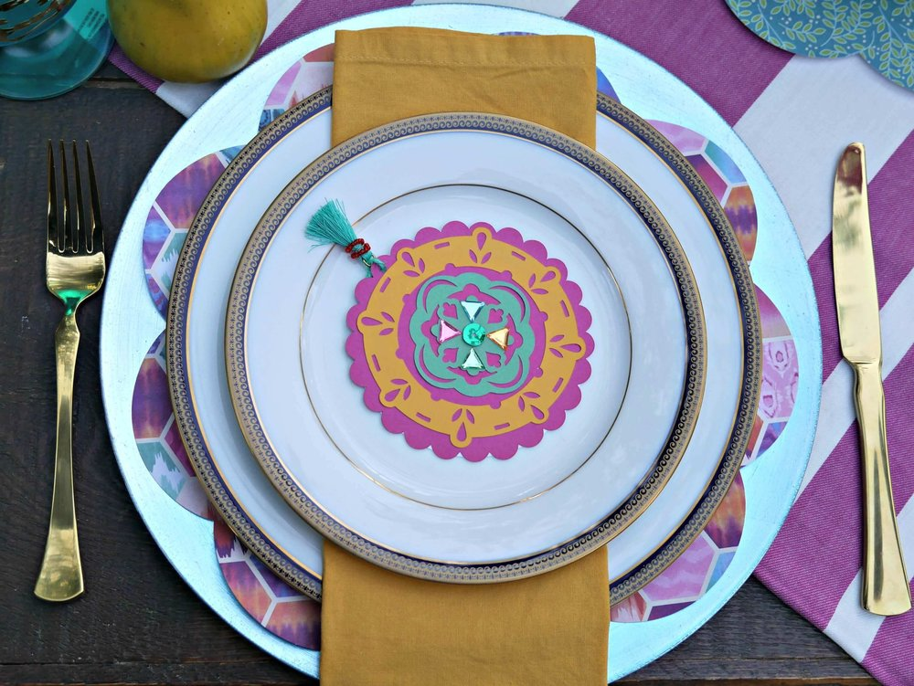 Dress up your party plates with a DIY menu created with a Cricut Explore Air 2. Styled by Mint Event Design www.minteventdesign.com #tablesetting #tablescapes #bohochic #cricutdiy