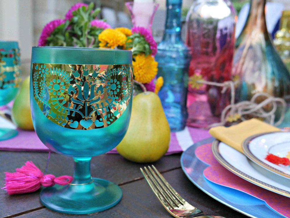 Dress up your party cups by using gold foil and your Cricut Explore Air 2. Created by Mint Event Design www.minteventdesign.com #tablesetting #tablescapes #bohochic #engagementparty #cricutdiy