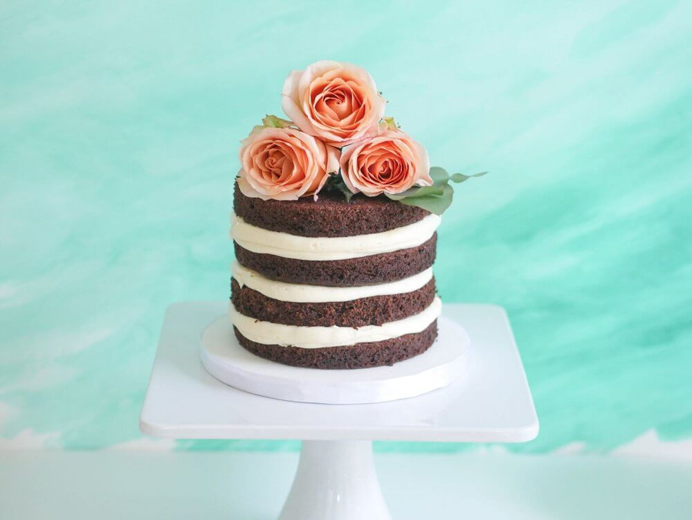 Such a nice way to display a naked cake