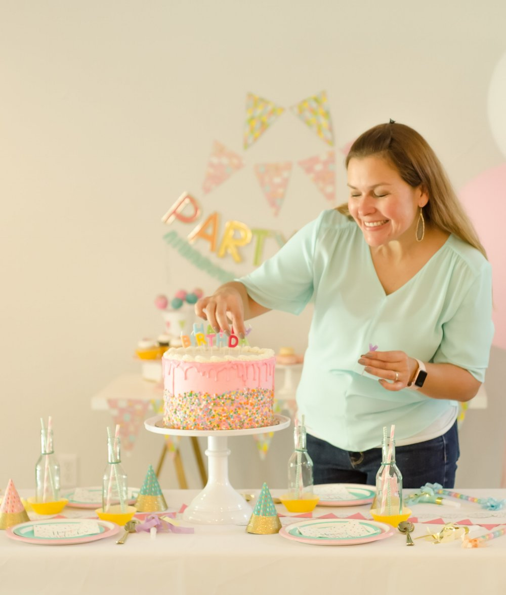 Have fun setting up for the birthday party - enjoy preparing and decorating every detail / Be sure to click for more surprising ways to greet your guests at a Birthday Party / Styled by Carolina from MINT Event Design / www.minteventdesign.com #birthdayparty #partyideas #partyinspiration #partytable #tabledecor #tabledecorations #partystyling