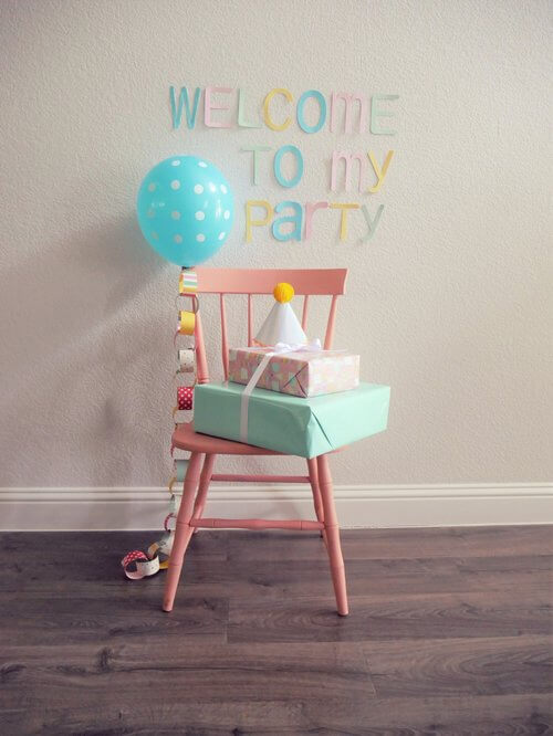 Make guests feel welcome when coming to your party with a sweet painted chair to hold presents with a welcome to my party sign on the wall / Come see the Birthday Party Styled by Carolina from MINT Event Design / www.minteventdesign.com #birthdayparty #partyideas #partyinspiration #birthdayballoon