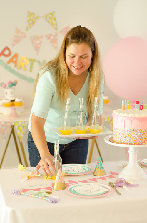 Don't forget to enjoy preparing and decorating every detail of your parties / Be sure to click for more surprising ways to greet your guests at a Birthday Party / Styled by Carolina from MINT Event Design / www.minteventdesign.com #birthdayparty #partyideas #partyinspiration #partytable #tabledecor #tabledecorations #partystyling