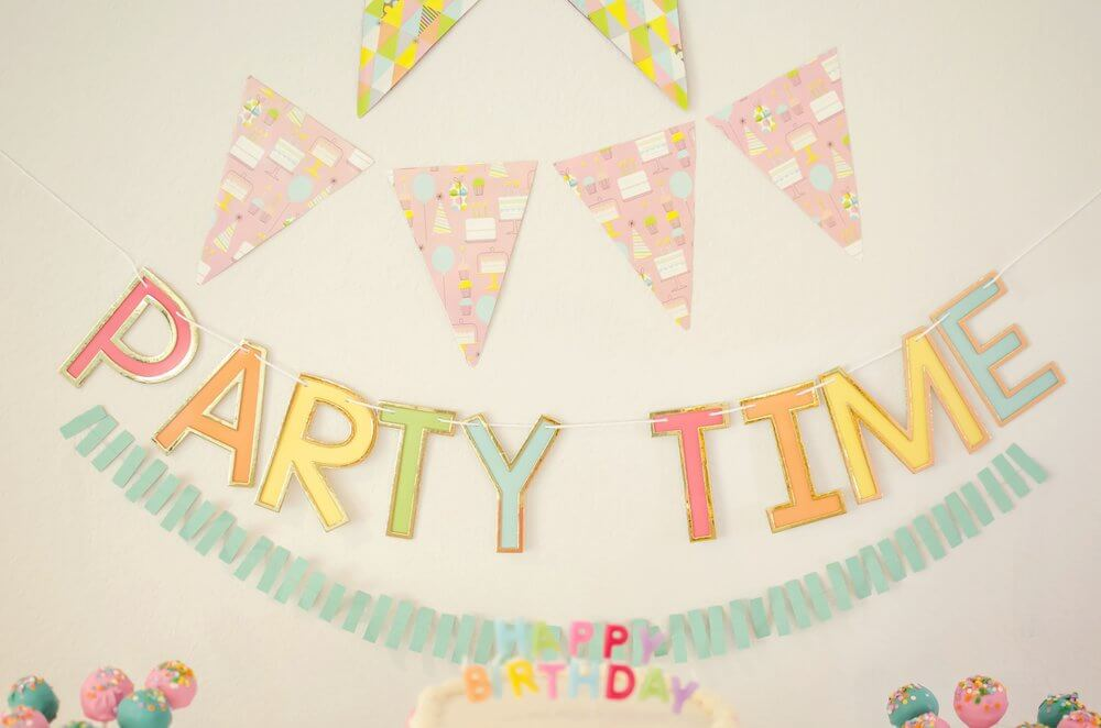 Find out how to create the cutest birthday party banners with wrapping paper / See more birthday party ideas on the blog along with surprising ways to greet your guests at a Birthday Party / Styled by Carolina from MINT Event Design / www.minteventdesign.com #birthdayparty #partyideas #partyinspiration #partydessert #birthdaybanner #partydecor #partybanners #partydecorations