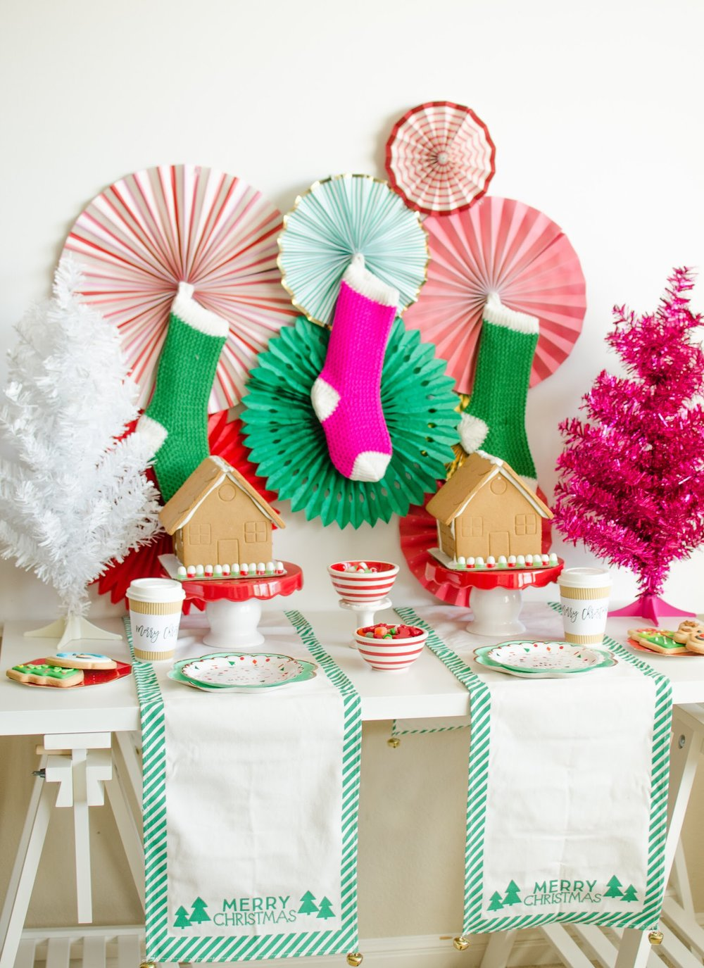 Click for the best party planning tips to style your very own Gingerbread House Decorating Party for Kids by Mint Event Design www.minteventdesign.com #gingerbreadhouse #holidayparty #holidays #partyideas #christmasparty #holidaypartyideas #kidsparty