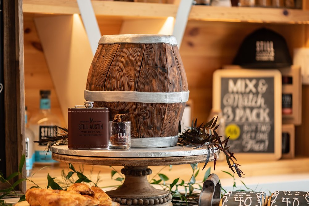 How perfect is this Whiskey barrel shaped cake? This whole party from Mint Event Design is perfect for any guy!