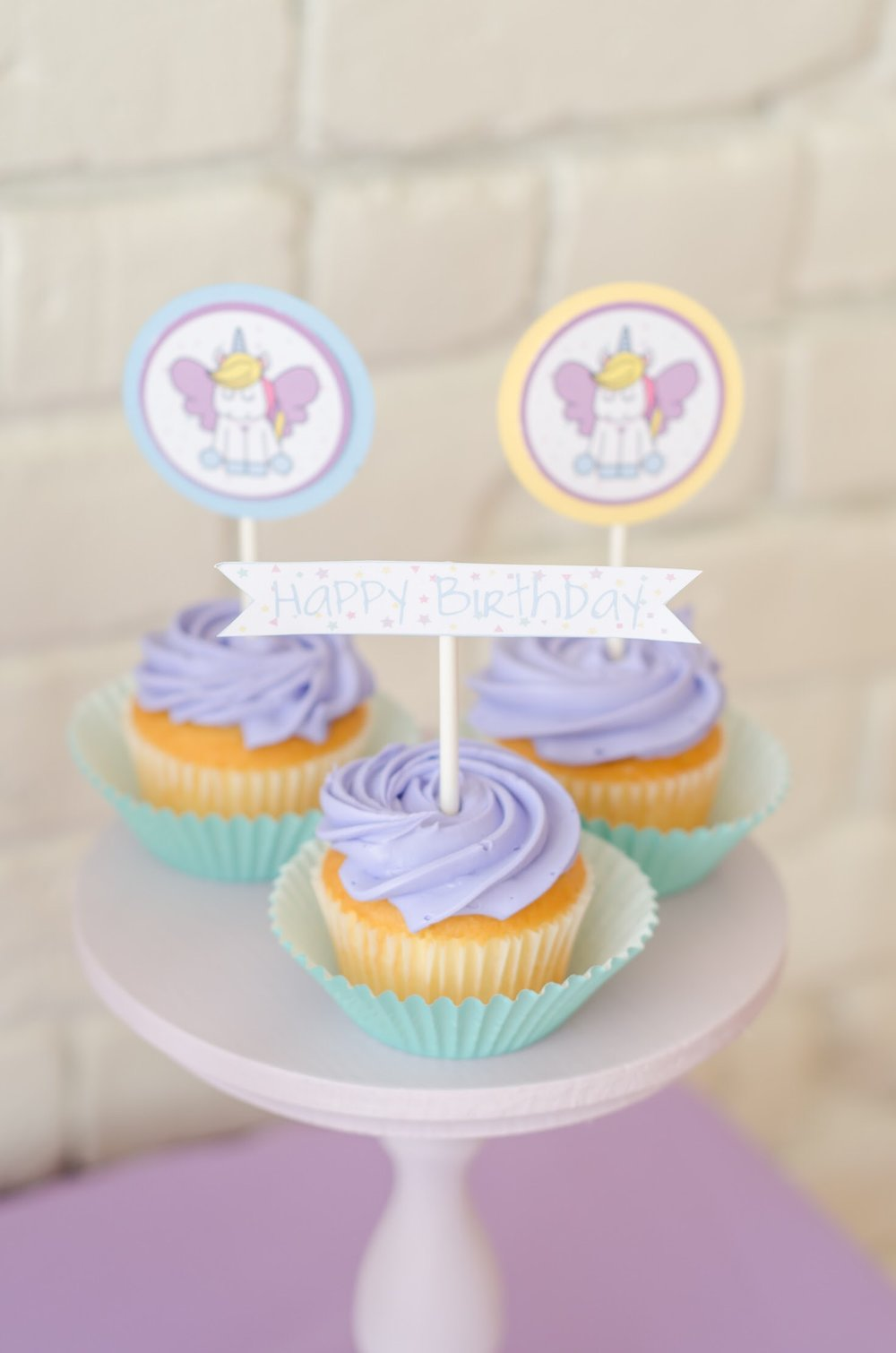 Cute cupcakes with free printable dessert toppers from Mint Event Design www.minteventdesign.com #unicornparty #birthdayparty #birthdaypartyideas #pastelrainbow #birthdaycupcakes #cupcaketoppers