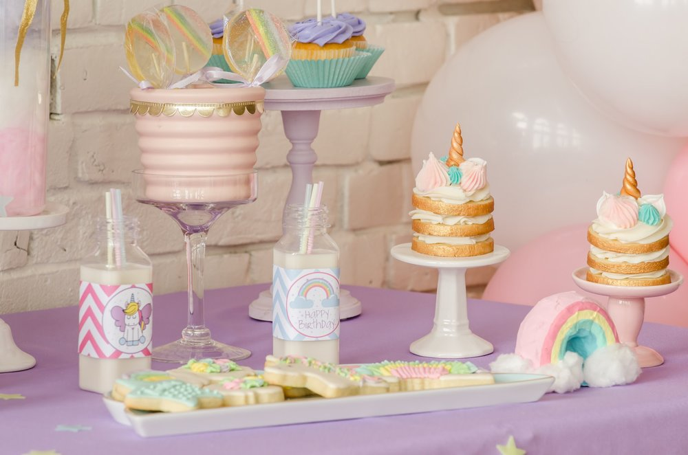 Download Free Unicorn printables for party drinks. This adorable unicorn themed birthday table created by Mint Event Design www.minteventdesign.com #unicornparty #unicorncake #birthdayparty #birthdaypartyideas #birthdaydesserts #desserttable #freeprintables