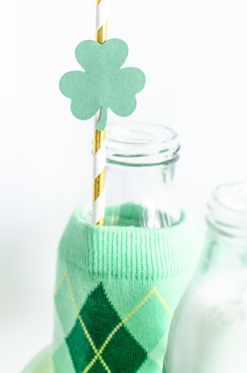 You'll never guess how simple it is to make these adorable cup wrappers - come see the full DIY on Mint Event Design www.minteventdesign.com #partyideas #partydecorations #saintpatricksday #stpatricksday #diycrafts #holidaycrafts #stpatricksdaycraft
