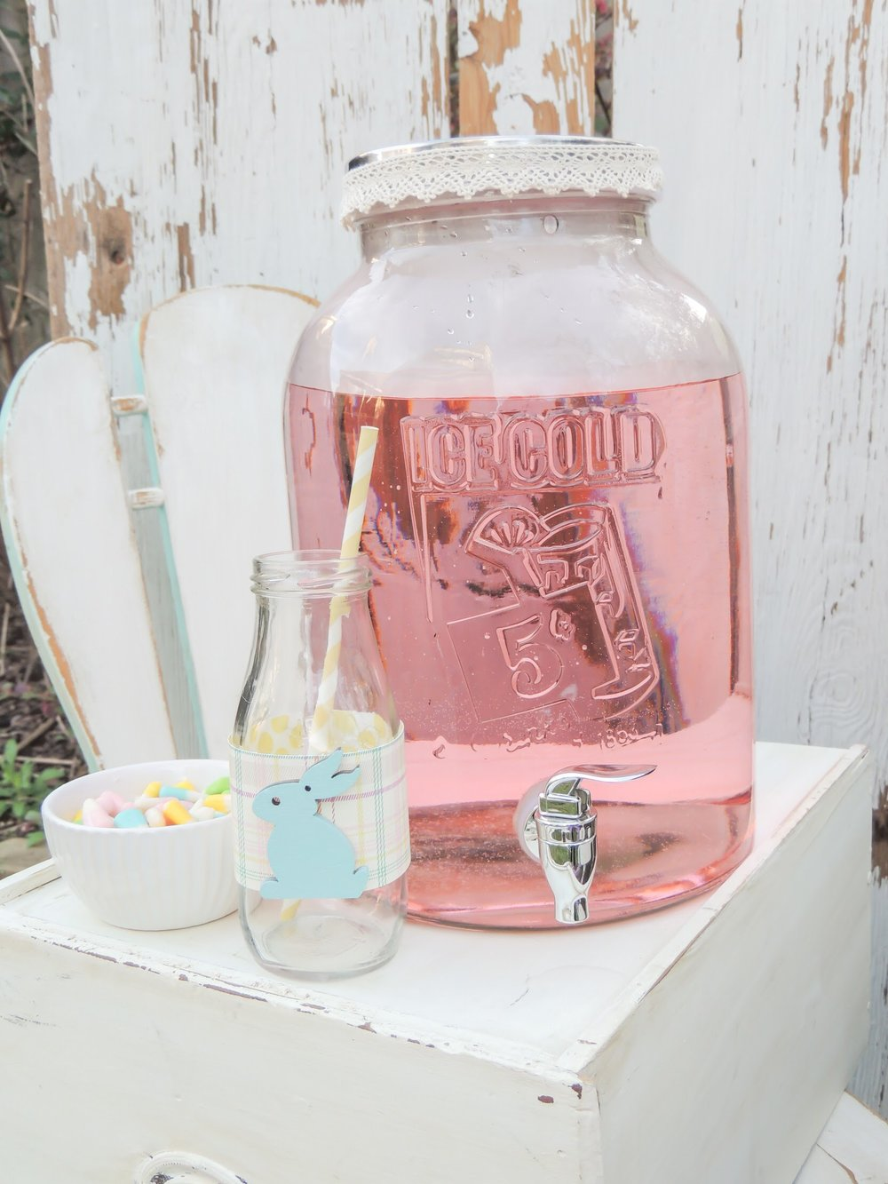 Cute easter milk bottles, perfect for this vintage Easter celebration
