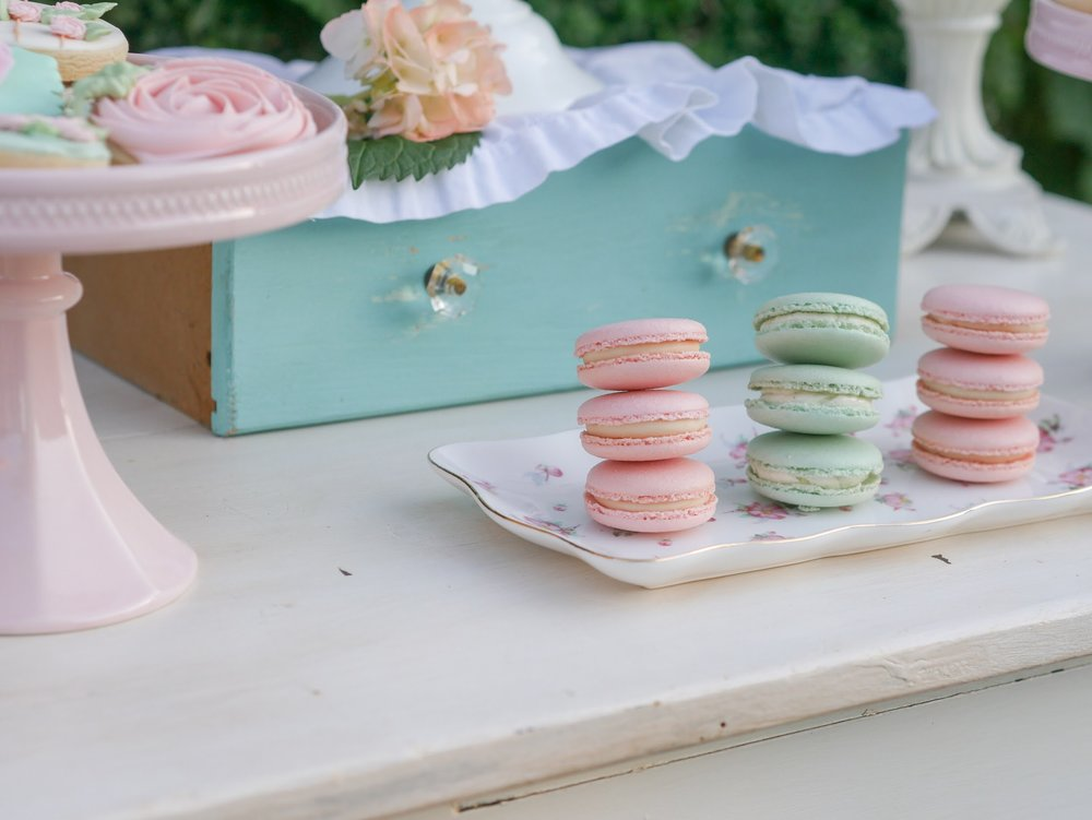 Love the idea of using a drawer as a cake stand at parties! So smart! From Mint Event Design www.minteventdesign.com