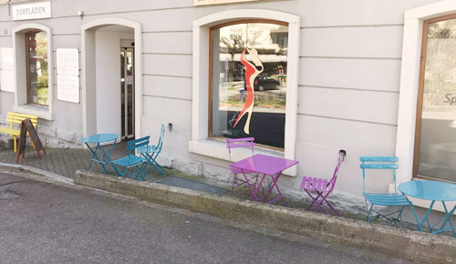Sommerterrasse - Geniessen Sie an warmen Sommertagen feine Weine mit einem kleinen Imbiss auf unserer Mini-Terrasse.