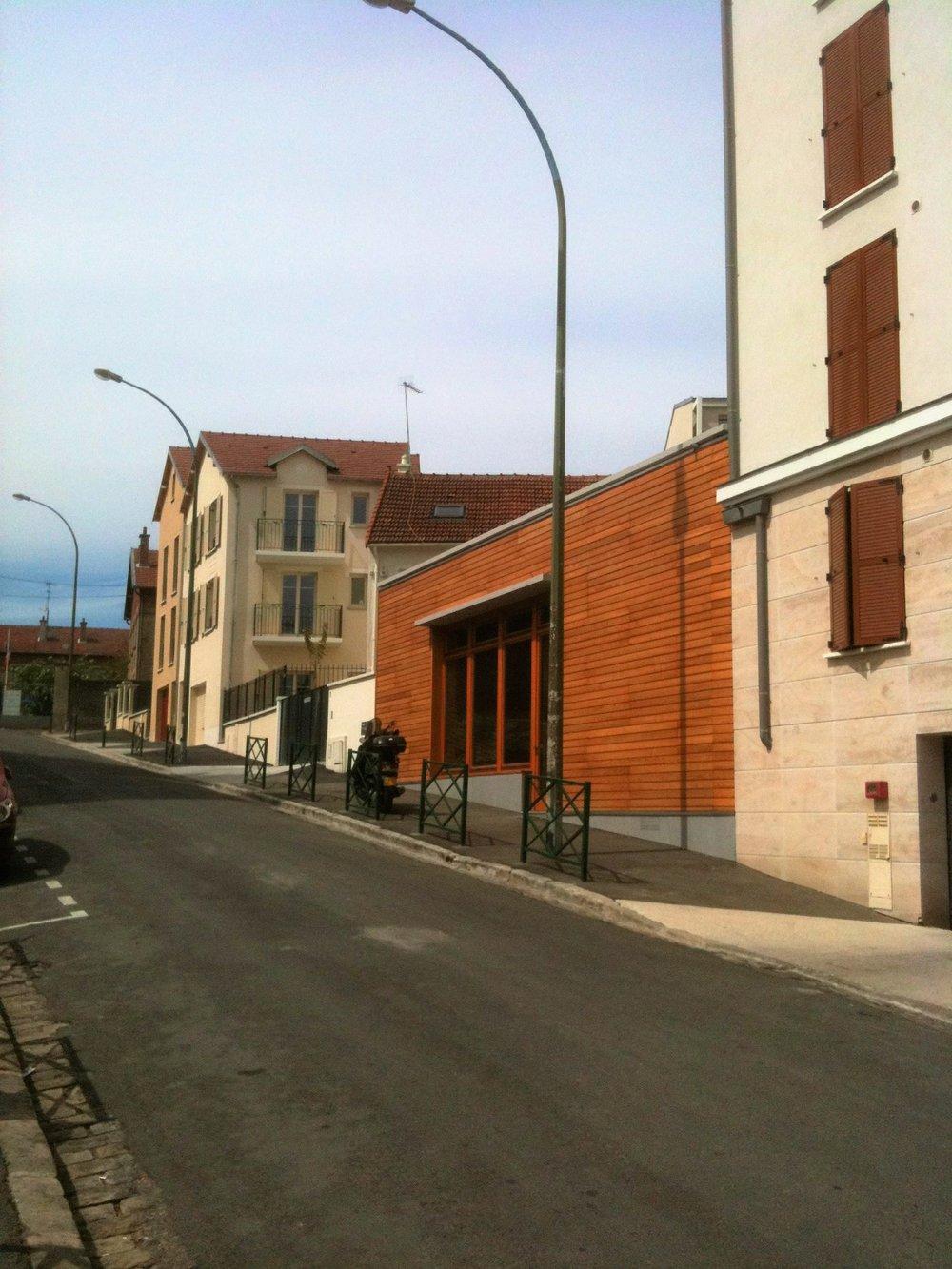 Loft Nogent sur Marne - France.   Sur sur surface de 60m² en forme triangulaire, nous avons conçu un loft d'environs 80m² éclairé par une grande baie orientée au sud. L'isolation par l'exterieur et le revetement bois le détache des constructions voisines plus classique.