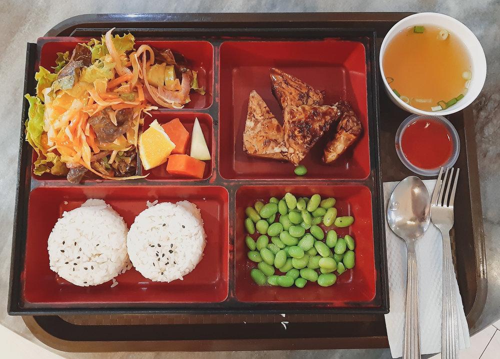 Vegan bento box with some crunchy tempeh, salad & fruit