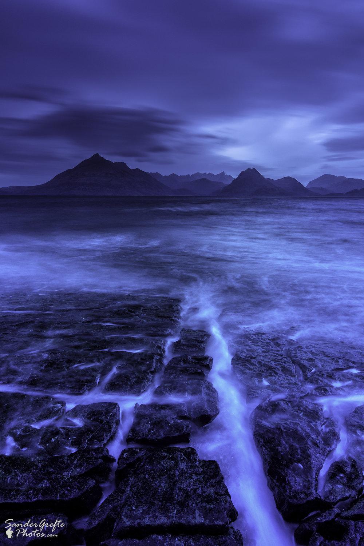 De indrukwekkende Black Cuillins tijdens blue hour. (Nikon D7200, 12mm, iso 100, f11, 25s met NiSi polarizer en 0.9 GND)