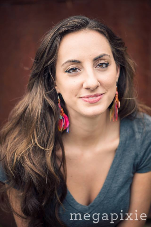 """PRODUCTORA DE LOCACI  Ó  N, CINEMATÓ  GRAFA / Victoria Bouloubasis   Victoria Bouloubasis es una escritora, periodista y directora de cine cuyos escritos han aparecido en revistas como Guernica, The Guardian, The American Prospect, Bon Appetit e INDY Week. Ella es directora de THE LAST PARTERA, un documental de la lucha feminista por parteras en Costa Rica. En el 2014, Victoria dirigió el cortometraje """"El Buen Carnicero"""", un documental bilingüe producido por Vittles Films y Southern Foodways Alliance. El cortometraje ha sido seleccionado para exhibición en diferentes festivales de películas; en el 2015 fue exhibido en el PBS Online Film Festival, en el 2016 en el Indie Grits Film Festival y en el NC Latin American Film Festival del 2015. Victoria cursó sus estudios en la Universidad de Carolina del Norte en Chapel Hill, Facultad de Periodismo y Comunicaciones. El enfoque de sus estudios fue el periodismo escrito como también su segunda carrera estudiando el lenguaje español. Victoria finalizó sus estudios de posgrado en Mayo del 2016 en la misma institución con una maestría en Folklore. Actualmente Victoria vive en Durham, Carolina del Norte."""