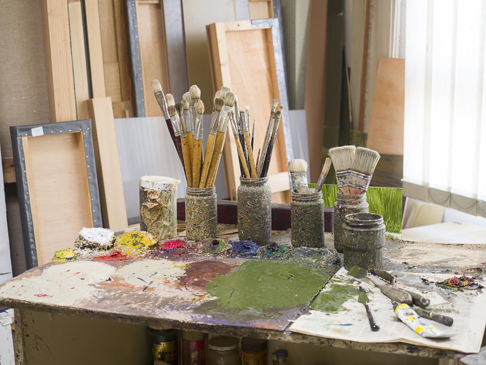 """""""Todo rezumaba orden, dominio y precisión de la técnica y del proceso creativo: los pinceles limpios, los bocetos clasificados, las pequeñas maquetas, cada elemento ocupando su espacio...""""    Leer Más"""