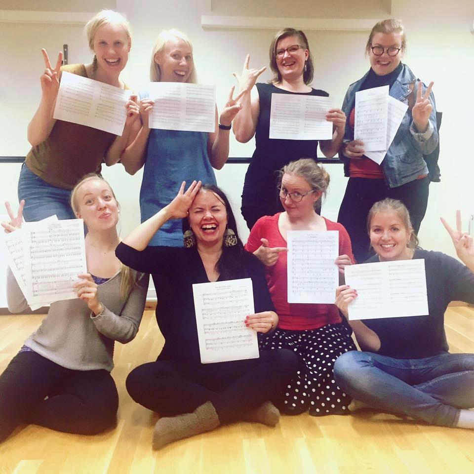 Syyskuussa pääsimme treenaamaan säveltämiämme biisejäensimmäistä kertaa koko porukalla. Mahtava fiilis! YlärivissäJohanna, Kati, Päivi ja Julia, alhaalla Reetta, Sabrina, Auli ja Essi.
