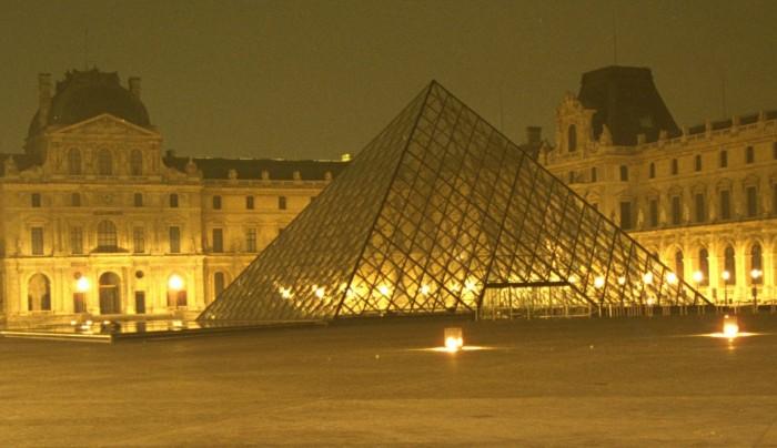Paris_Le Louvre Pyramide.jpg