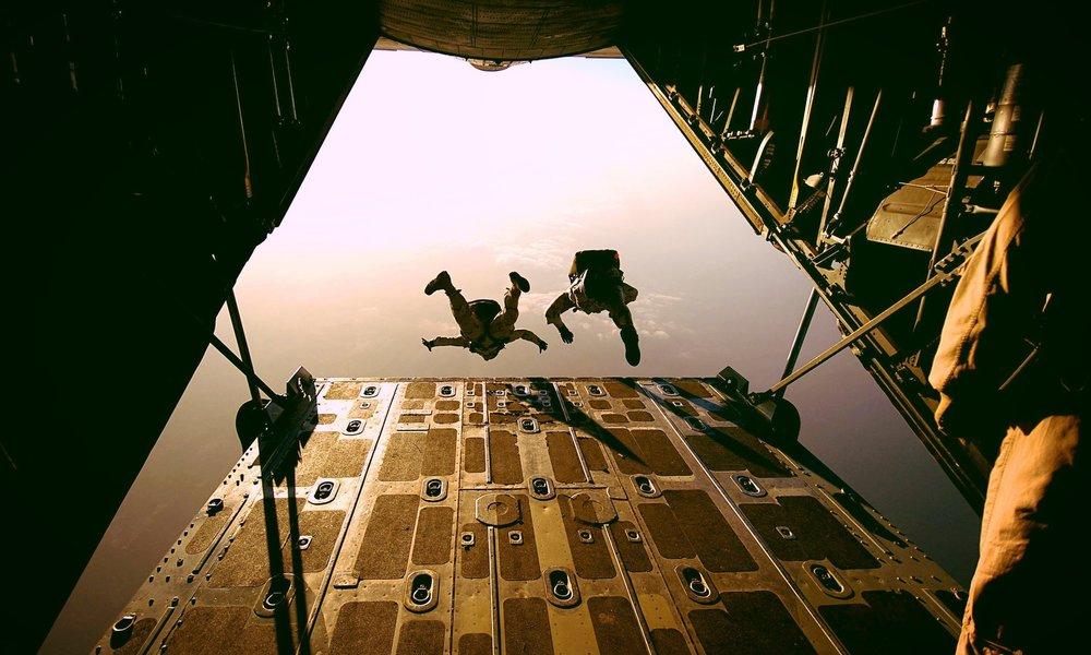 parachute-658397_1920.jpg