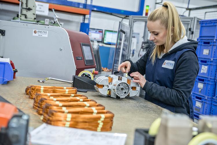 经验丰富的技术人员更换工装迅速,敏捷,专注。这里,可以看到英国操作人员从绕线机上装卸线圈是快速,准确。