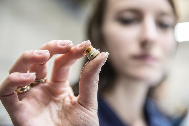 我们的熟练操作工能在一天内,使用0.05mm细如发丝的铜线和精密制造技术手工制作600多个微小骨架线圈。我们制造的最大线圈可能是这些小型杰作的300倍,但我们在制造过程中总是同样谨慎。