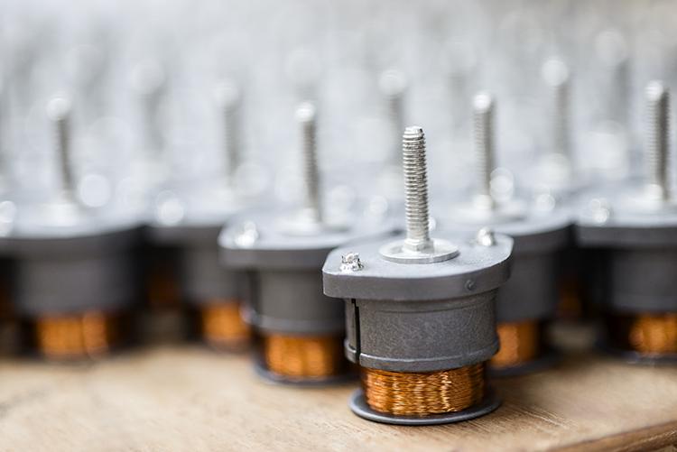 成品库存准备发货。coolpolymer是一个独特的注塑材料,可以将热量从线圈上传导出去,从而提高线圈在最高温环境下性能和稳定性。