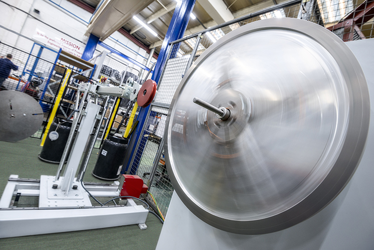 这台绕线机向我们展示了在三个大陆上的工厂生产的独特的设备和工装。这对制造符合客户最严格要求的电磁线圈至关重要。