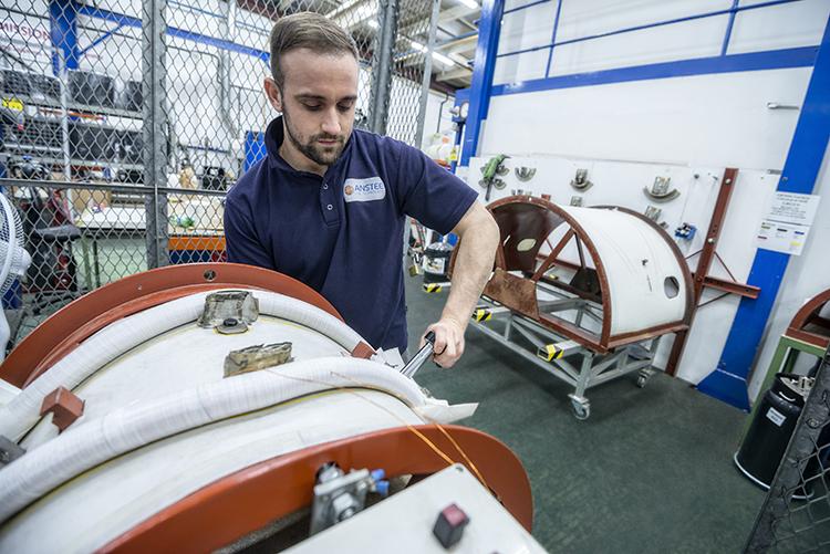 开发的工装,专门用于在精细的制造过程中夹紧线圈。