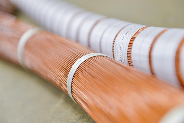 专业缠绕前(左)和后(右)的电磁线圈。对于高温产品可能看起来简单,但为了保证线圈的长期性能和可靠性,需要注重细节和经验。