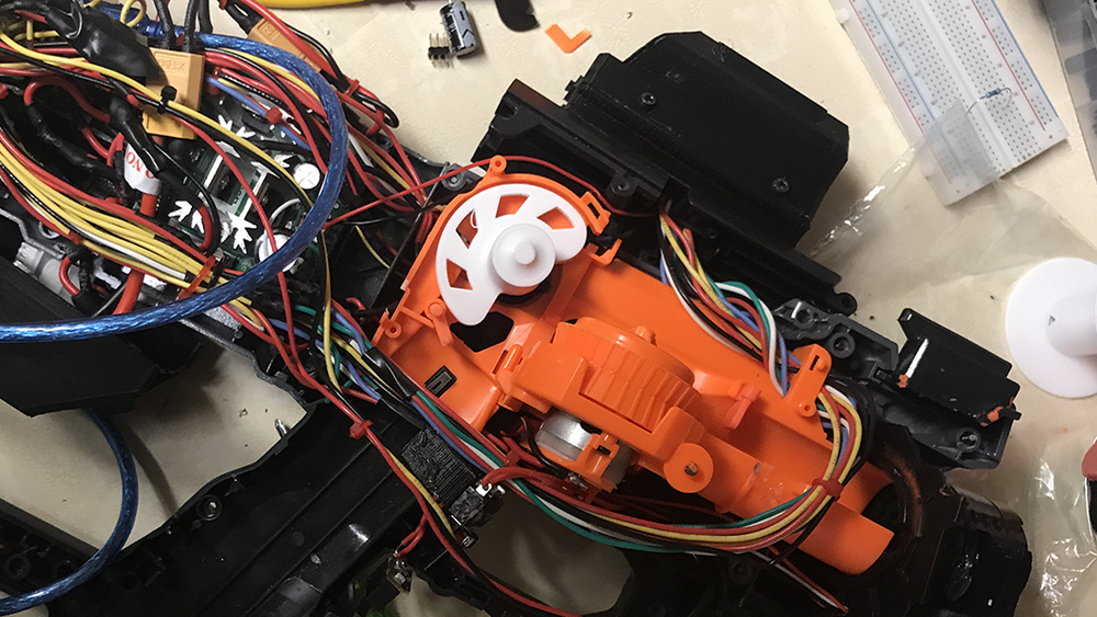 Internals - The feeder motor in its position. This iteration allows only one ball to be fed per revolution.