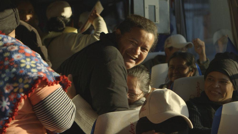 abraznadose riendo en bus.jpg