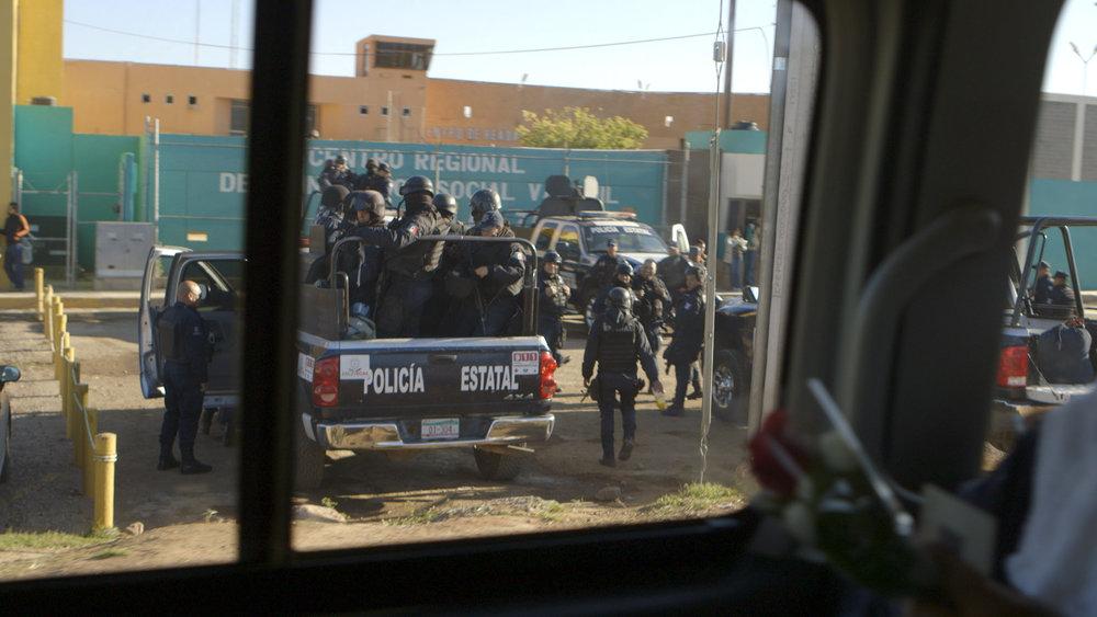 policia y flores.jpg