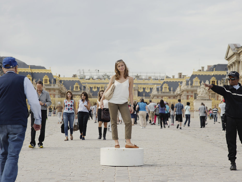 Versailles Jeune Femme au sac beige.