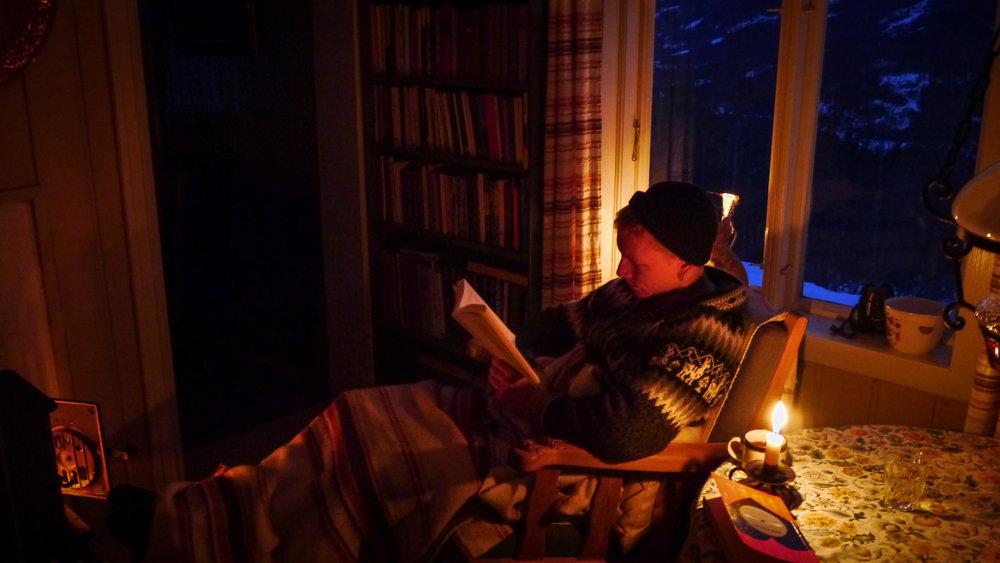 Jeg fant et gammelt foto av meg i en iskald hytte på Dokka, mens jeg leser  Til meg selv . Samtidig prøver jeg å ha det varmt og godt foran peisen; hva ville stoikerne tenkt om det?