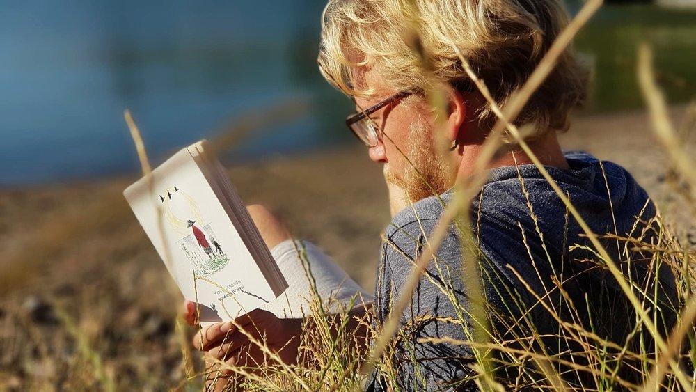 Her hygger jeg meg på stranda i Hurum.Utenom  Sommerboken  har jeg i ferien også lest  Hasj og Høykultur av Tobias Nordbø, og blitt ferdig med  Infinite Jest av David Foster Wallace; to romaner med tematisk likhet,men som jeg må innrømme ikke har så mye å gjøre med sommer.