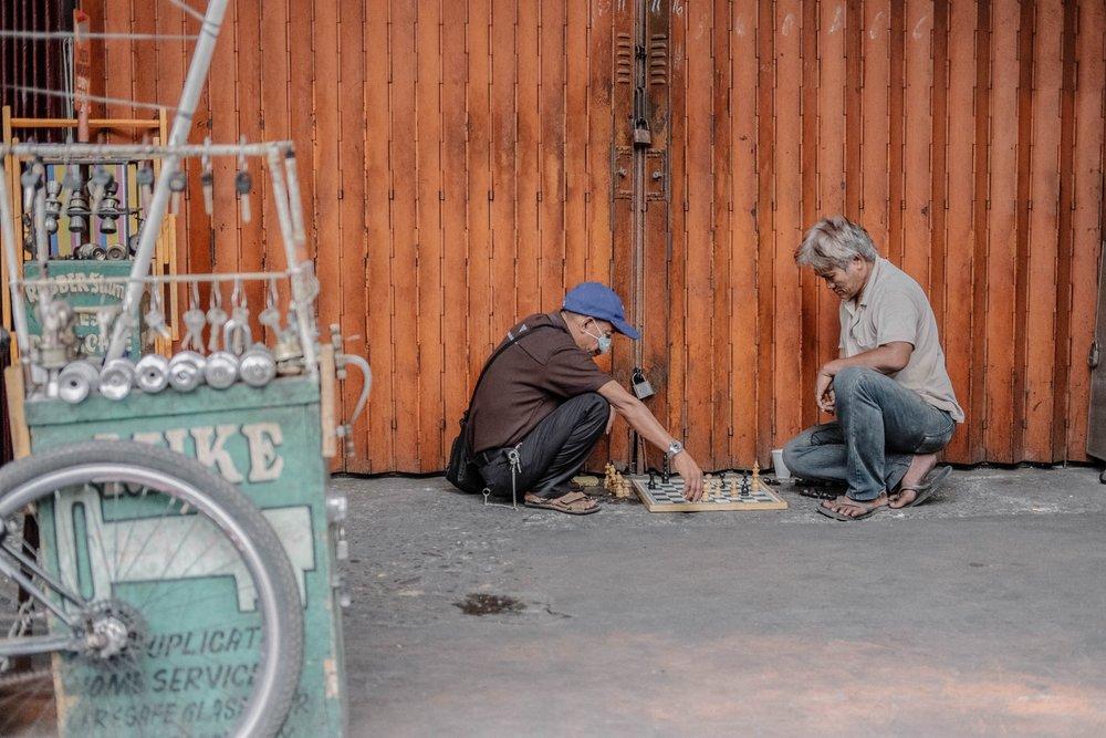 Sjakk er en verdensomspennende sport, som også tidvis kalles folkekjær. Her ser vi sjakkspillere på gata i Filippinene. Foto:  Jeswin Thomas  via  Unsplash